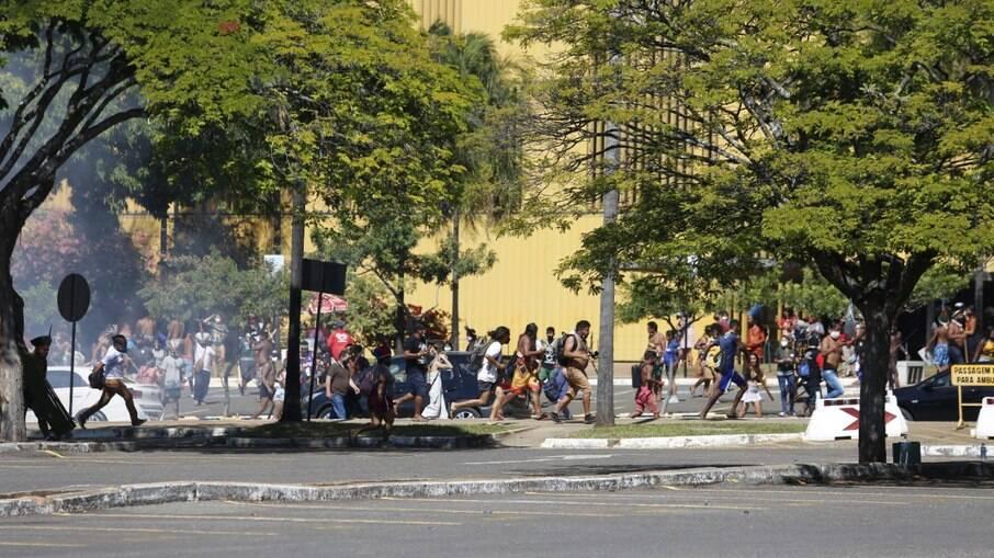PM avança contra grupo de indígenas que protestavam em Brasília