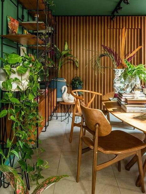 sala de jantar com elementos ripados
