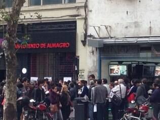 Sede administrativa do San Lorenzo, na avenida De Mayo, em Buenos Aires, recebe muitos torcedores em busca de ingressos