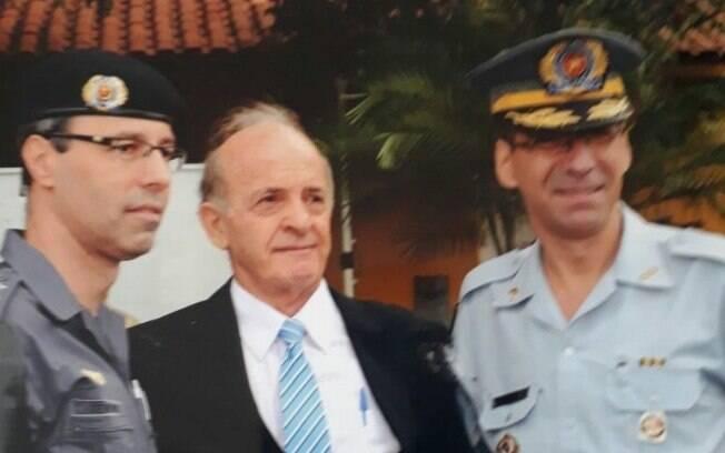 Capitão PM Cassaniga (centro) durante homenagem ao lado do atual Comandante Geral da Polícia Militar do Estado de São Paulo Coronel Nivaldo Restivo (direita)
