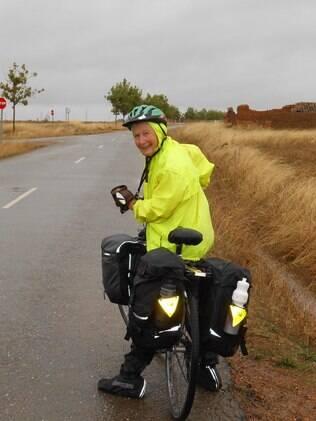 Ethel em uma de suas aventuras de bike pelo mundo