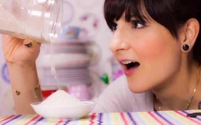 Dani Noce ensinando a fazer açúcar baunilhado