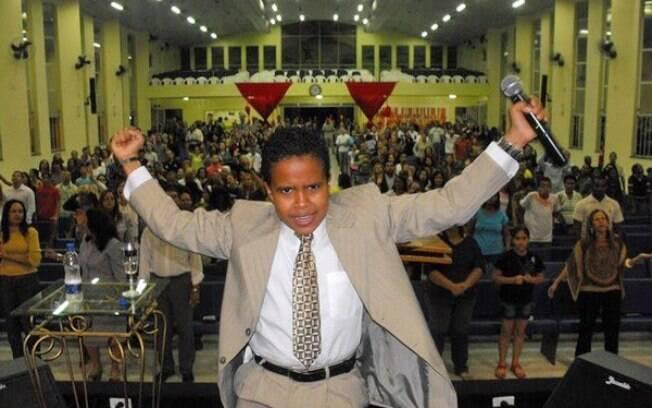 Matheus, 13 anos, prega para centenas de fiéis: