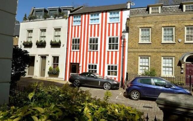 Em Londres, milionária pinta casa com listras vermelhas após briga com vizinho