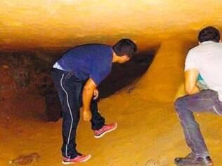 Galeria encontrada por agentes penitenciários tinha entrada escondida por presos com sacos de areia