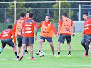 Preparação. Seleção chilena de Valdívia (ao centro, com a bola) começou a preparação para o confronto contra o Brasil neste sábado, no Mineirão