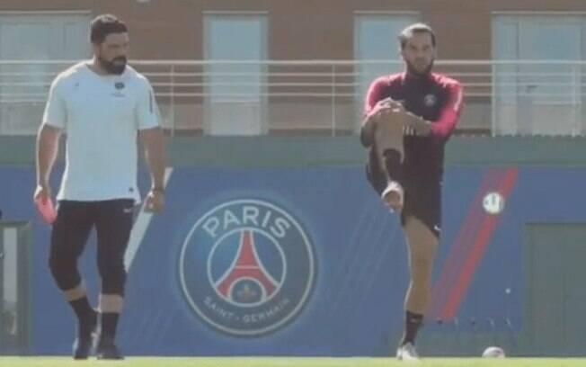 Daniel Alves voltou a campo mas ainda não trabalha com bola