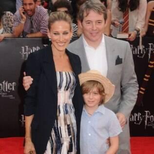 Com o marido Matthew Broderick e o filho mais velho, James