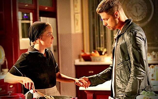 Nina e Jorginho se reencontram após vários anos e a cozinheira fica muito nervosa