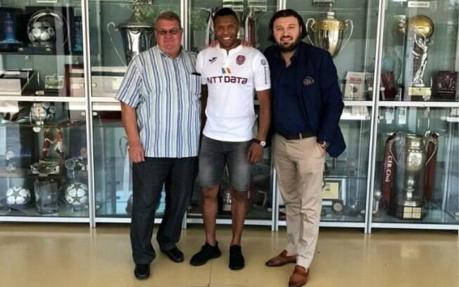 Julio Batista foi anunciado neste sábado (18) como novo reforço do FC Cluj