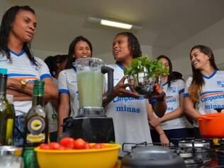 ESPORTES - BELO HORIZONTE MG - 10.9.2014 - Atletas do Volei Feminino do Minas participaram de um curso de culinaria FIT em Belo Horizonte MG.  Foto: Douglas Magno / O Tempo