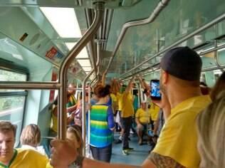 Linhas de metrô próximas da Avenida Paulista lotaram neste domingo (15)