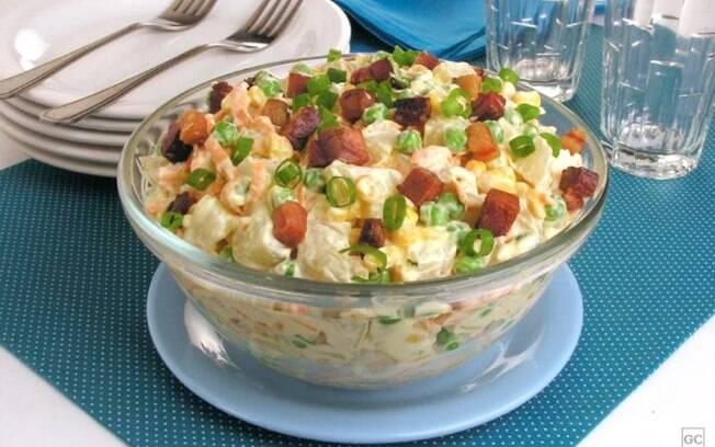Salada de batata e bacon prática para as refeições em família