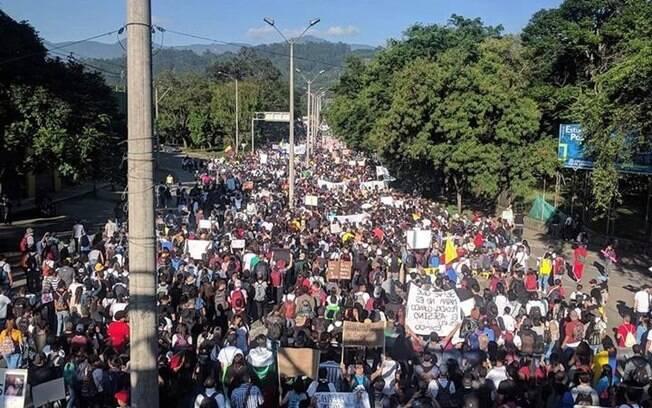 Manifestantes tomam as ruas de diversas cidades da Colômbia nesta quinta-feira