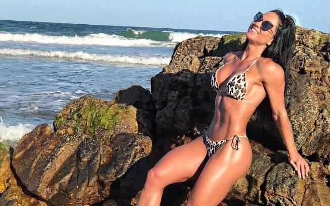 Graciele Lacerda posa de biquíni no Instagram e interage com seguidores, dando dicas de estética e saúde