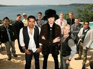Mystery (de chapéu) e alguns participantes do reality show