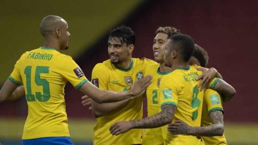 Jogadores do Brasil celebram gol contra o Equador