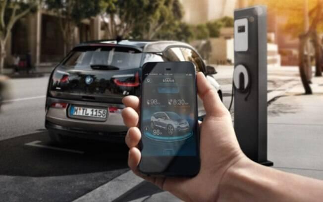 Controlar o nível de carga das baterias e o processo de recarga pelo celular é uma das vantagens dos carros elétricos