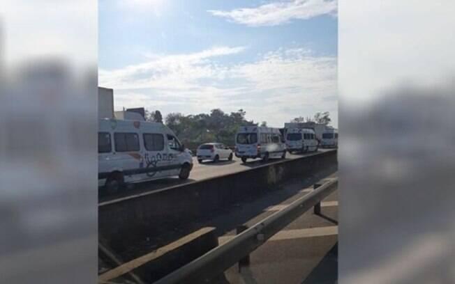 Motoristas de transporte especial fazem protesto e causam lentidão na Anhanguera
