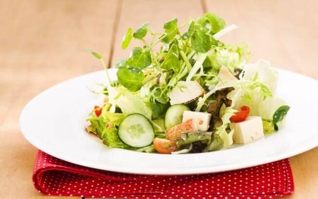 Faça um lanche antes de sair, como uma salada. Clique e veja a receita dessa ideia com iogurte, mel e pão sírio