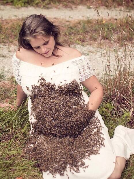 Gestante em ensaio fotográfico com abelhas