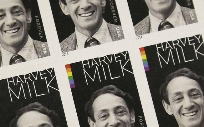 O selo comemorativo ao primeiro político gay eleito para um cargo público nos EUA, em 1977: Harvey Milk