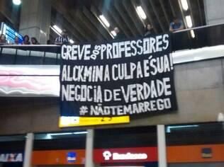 Professores em greve fazem manifestação no aeroporto de Guarulhos