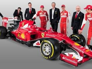 Os pilotos Kimi Raikkonen, Sebastian Vettel e Esteban Gutiérrez (reserva) posam ao lado do novo carro e dos diretores da escuderia