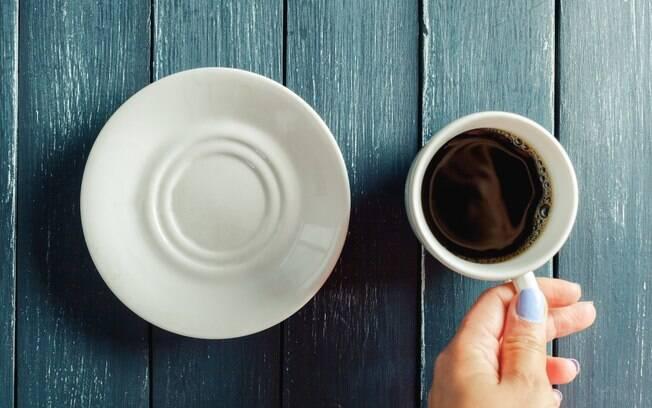 No jejum intermitente, bebidas zero calorias como água e café puro estão liberadas, mas pessoas ficam sem comer por horas