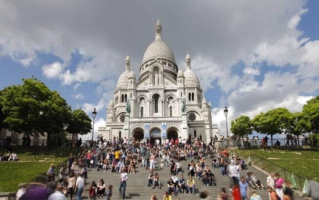A Basílica de Sacré-Coeur fica no topo de uma colina do bairro de Montmartre, onde dá para ter um panorama de Paris