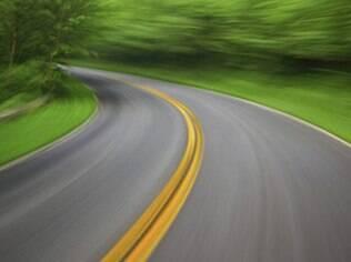 Lembre-se que é proibido e arriscado ultrapassar em faixas contínuas no piso da estrada