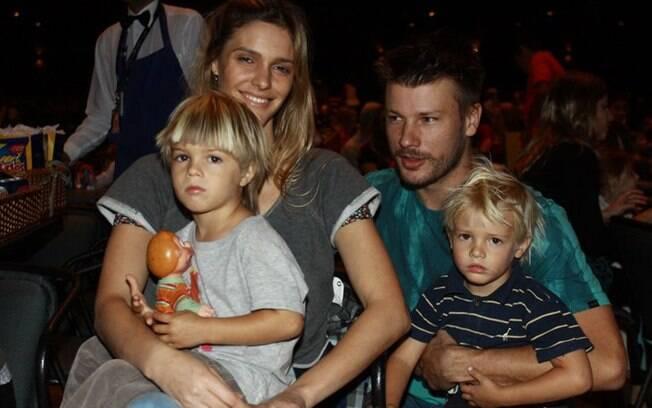 Fernanda Lima e Rodrigo Hilbert com os filhos João e Francisco na manhã de sábado (24/09)