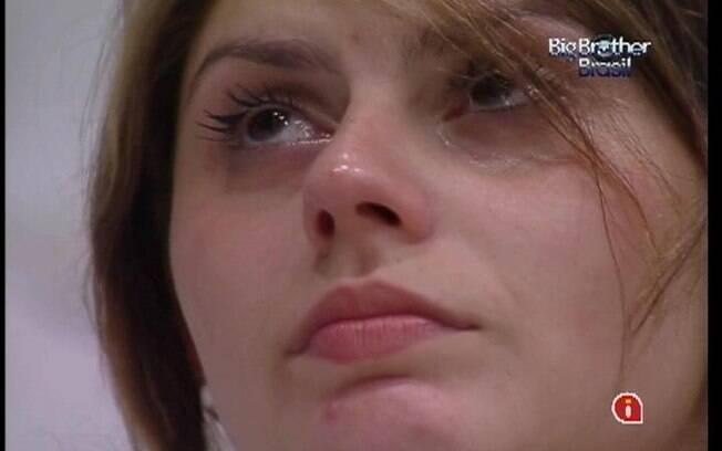 Mayara chora do lado de fora