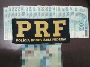 Dinheiro e documento falso foram apreendidos