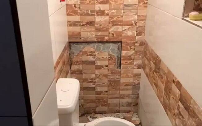 A passagem para o esconderijo fica em um banheiro.