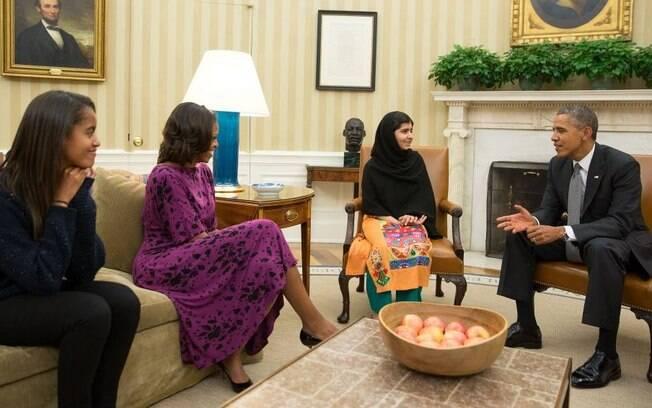 Obama na Casa Branca com a filha, a mulher e a ganhadora do prêmio Nobel Malala Yousafzai