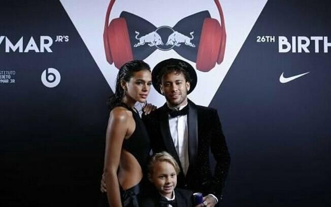 Neymar com o filho Davi Lucca e a namorada Bruna Marquezine