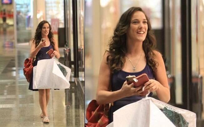 Adriana Birolli passeia em shopping nessa segunda-feira (05), no Rio de Janeiro