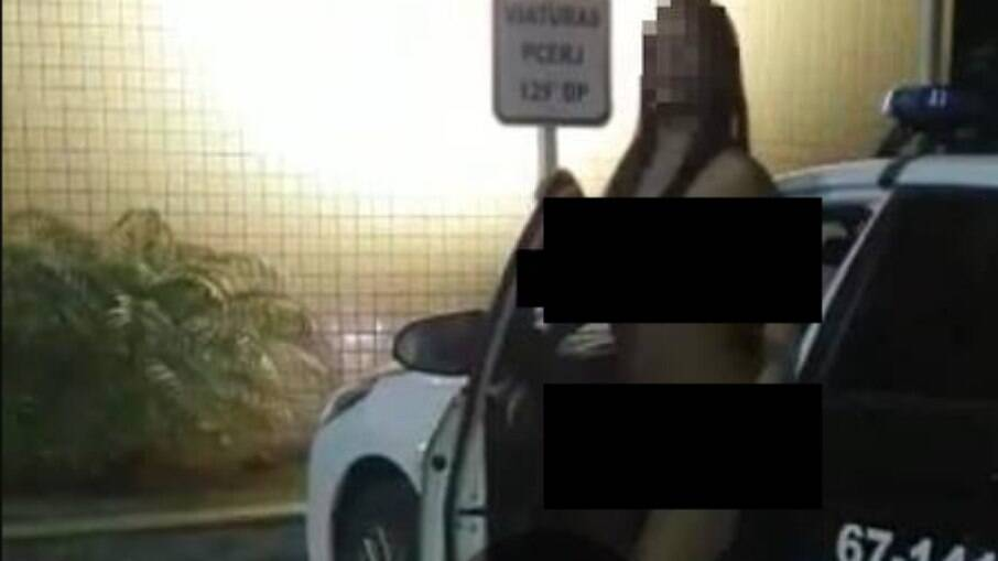 Mulher apareceu saindo de viatura policial
