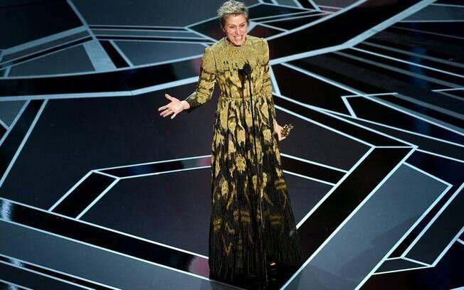 Frances McDormand feliz da vida com seu prêmio de Melhor Atriz no Oscar 2018 no último domingo (04)