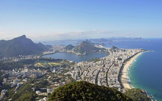 Para acessar o Morro dois Irmãos, é necessário fazer um trilha de 40 minutos; de cima, vale aproveitar todas as paisagens