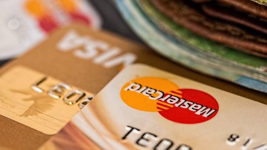 Vítima entregou cartão à golpistas que realizaram quatro transações sequenciais