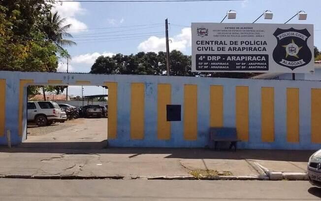Idoso acusado de estuprar as netas foi levado para a Central de Polícia de Arapiraca.