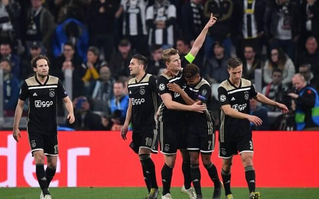 De Light marcou o gol da classificação do Ajax e colocou os holandeses como semifinalistas