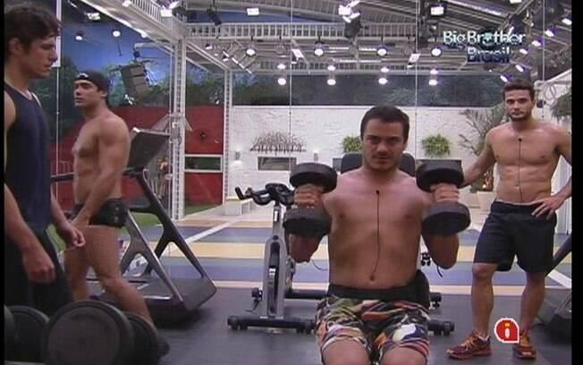 Rafa faz o exercício sugerido por João Maurício