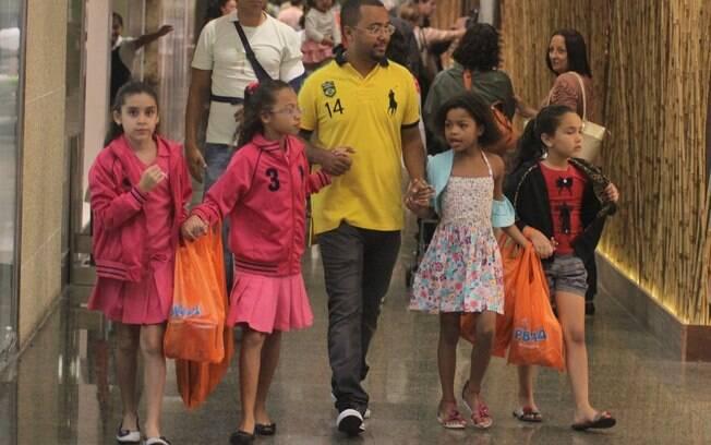 Dudu Nobre com as filhas Olívia e Thalita e amiguinhas das meninas