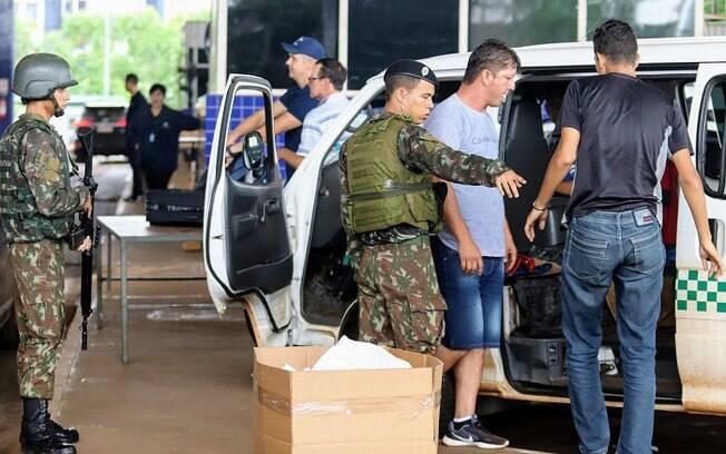 Militares do Exército Brasileiro estão reforçando a fiscalização de pessoas e veículos na fronteira do Brasil com o Paraguai