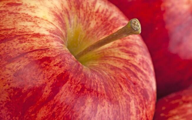 Maçã: ela é rica em fibras solúveis e contém altas doses de flavonoides e antioxidantes que reduzem o colesterol no sangue. Foto: Getty Images