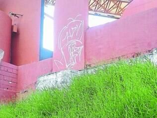 Tristeza.  Mato e muros pichados mostram situação de abandono