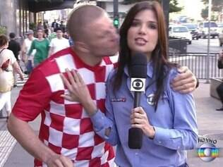 Croata dá beijo em jornalista, ao vivo